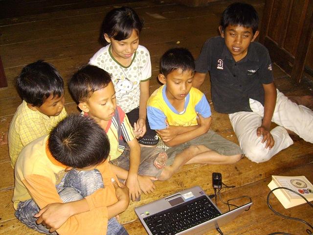 Ahmad yang duduk paling pinggir,,,hai kawan lihatlahanak-anak desa